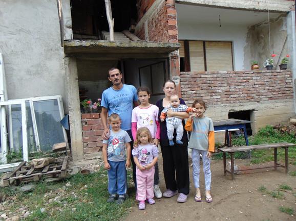 Vukići žive od nadnice koju zaradi otac Ivan, a dug je 175.000 dinara plus kamata