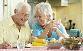 Coraz więcej gmin wprowadza karty seniora