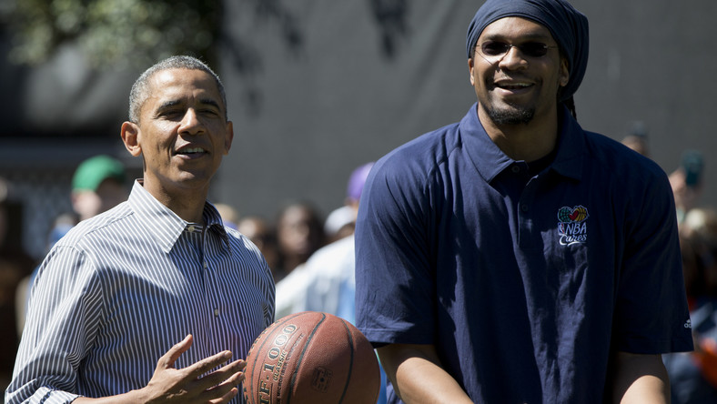 President Barack Obama and former NBA basketball player Etan Thomas playing basketball.