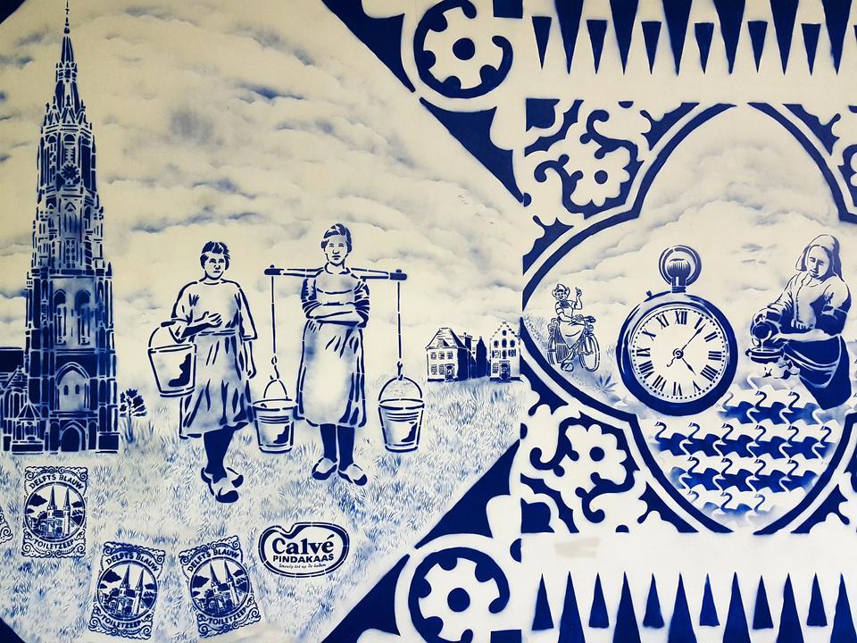 Delft słynie z niebiesko malowanej porcelany.
