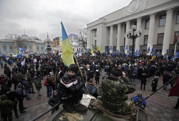 Ukraińcy przez parlamentem w Kijowie. Fot. EPA/MAXIM SHIPENKOV/PAP/EPA