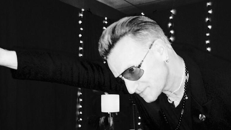 Irlandczycy nie mają ostatnio szczęścia. Kilka miesięcy temu wokalista legendarnej grupy miał poważny wypadek na rowerze, po którym przeszedł dwie operacje i wciąż całkowicie nie wrócił do zdrowia. Mija 5 miesięcy, a Bono wciąż nie może grać na gitarze. – Czuję się, jakbym miał cudzą rękę – wyjaśnia. – Nie mogę zginać palców. Lekarze mówią jednak, że nerwy się leczą około milimetr na tydzień, więc za jakieś 13 miesięcy powinienem wiedzieć, czy wrócę do grania.