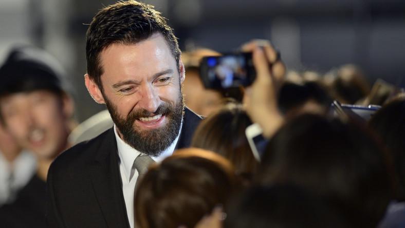 """Deborra-Lee Furness, żona aktora, odradzała mu udział w pierwszym obrazie """"X-Men"""" z 2000 roku. – Z twoich rąk będą wychodziły szpony To absurdalne, nie rób tego! – powiedziała po przeczytaniu trzech stron scenariusza. Hugh Jackman nie posłuchał jednak małżonki i przyjął rolę, która później przyniosła mu światową sławę"""