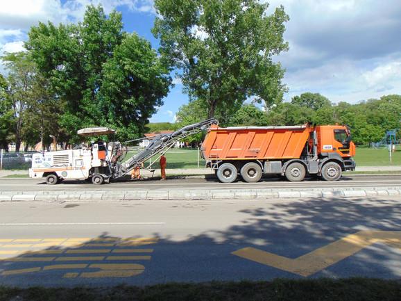 Uklanja se stari sloj asfalta nakon čega sledi asfaltiranje