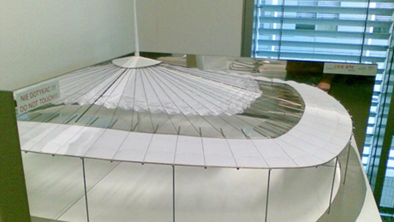 Dach będzie mógł całkowicie osłonić murawę przed deszczem