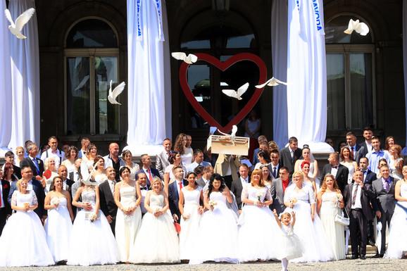 Kolektivno venčanje ispred Skupštine grada  prošle godine