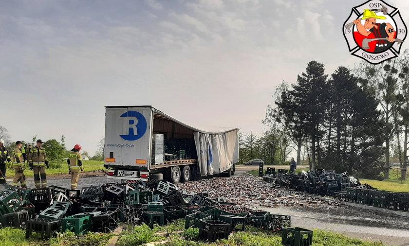 Wypadek w Czarlinie. Ładunek z piwem wypadł na ziemię. Co za strata