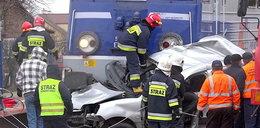 Śmierć na przejeździe. Pociąg wlókł auto przez pół kilometra