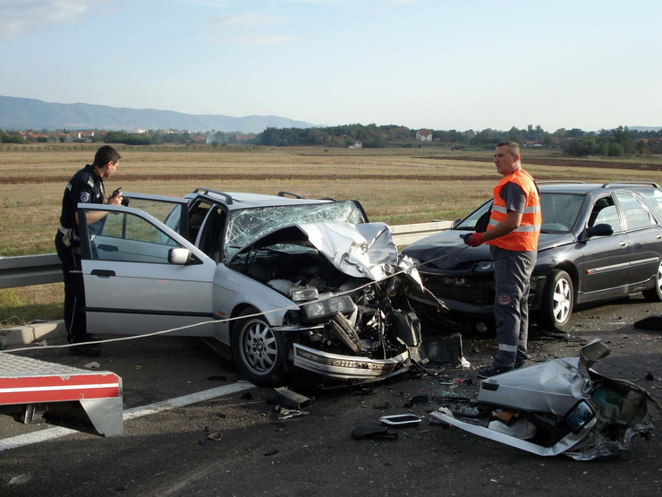 saobracajka Nis BMW u smrskan prednji deo udes na auto putu Nis leskovac foto Branko Janackovic