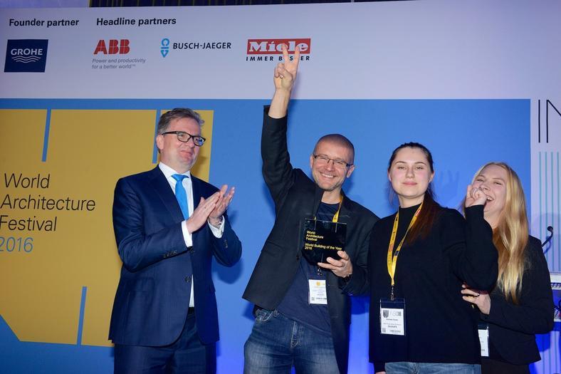Robert Konieczny cieszy się z nagrody za World Building of the Year 2016