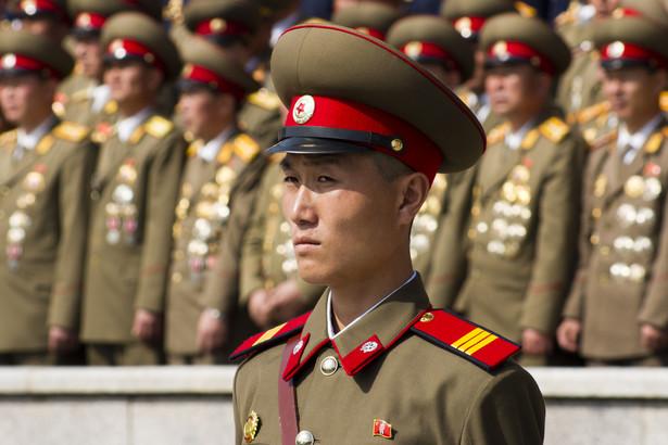Jeśli wziąć pod uwagę odsetek obywateli znajdujących się w czynnej służbie wojskowej, to Korea Północna jest obecnie najbardziej zmilitaryzowanym państwem świata. W 2014 roku aż 1 mln 190 tys. żołnierzy służyło aktywnie w północnokoreańskiej armii. Oprócz tego, KRLD dysponuje 600 tysiącami rezerwistów oraz 189 tysiącami żołnierzy jednostek paramilitarnych. Z szacunków rządu Korei Południowej wynika, że sąsiedzi z Północy co roku przeznaczają na wojsko 1/3 wydatków budżetowych.