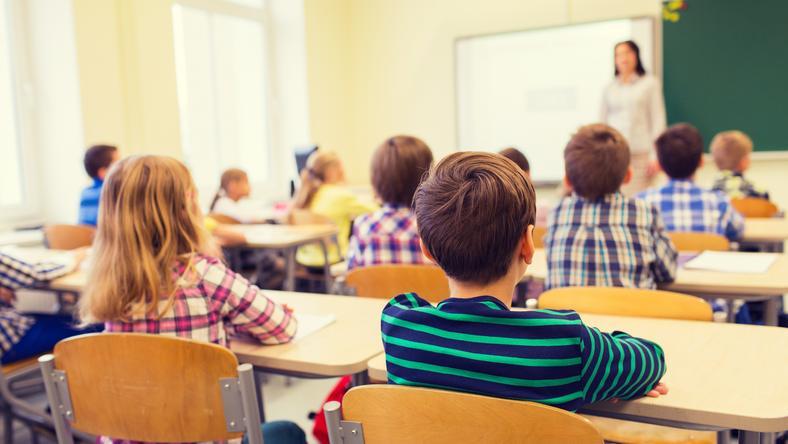 """W Polsce uczniowie mogą dowiedzieć się w szkole, że uchodźcy w zależności od swojego pochodzenia mogą wywierać na otoczenie """"pozytywny lub negatywny wpływ"""""""