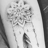 Tatuaże Między Piersiami Piękne Seksowne Wzory