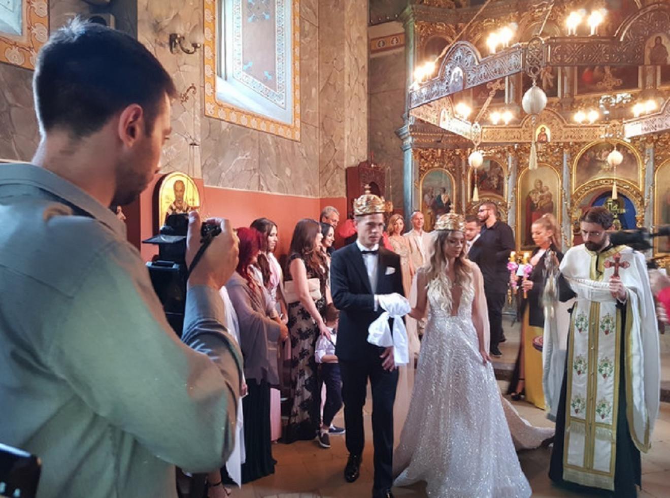 Lola i Tamara na venčanju u crkvi