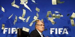 Ujawnią zarobki Blattera