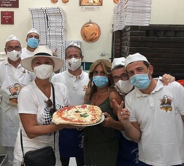 Brena sa zaposlenima u piceriji