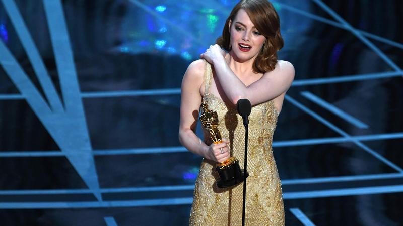 Emma Stone ze statuetką w trakcie gali Oscarów 2017
