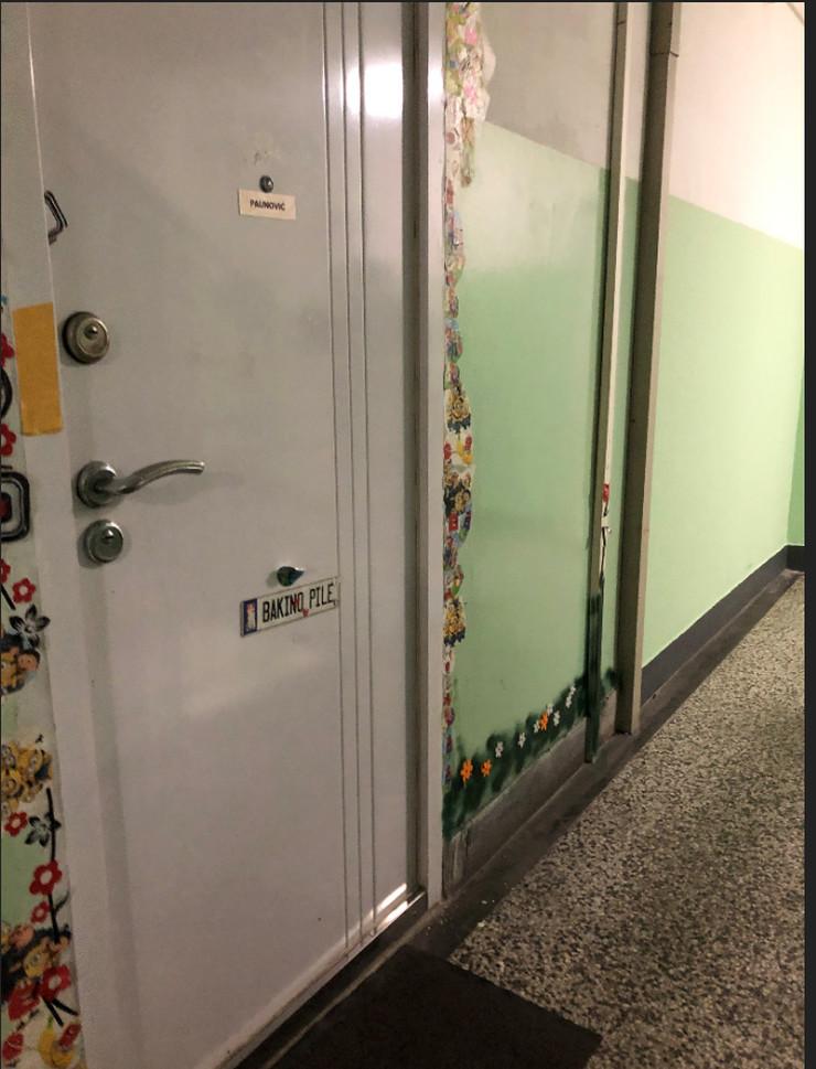 Vrata stana gde živi baka preminulog dečaka