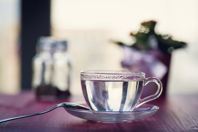 Da li topla voda na prazan stomak zaista ima neke benefite?