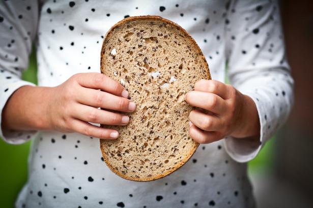 Dziecko z kromką chleba