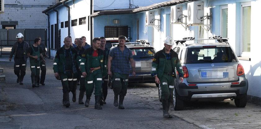 Ratownicy w drodze do przysypanych górników