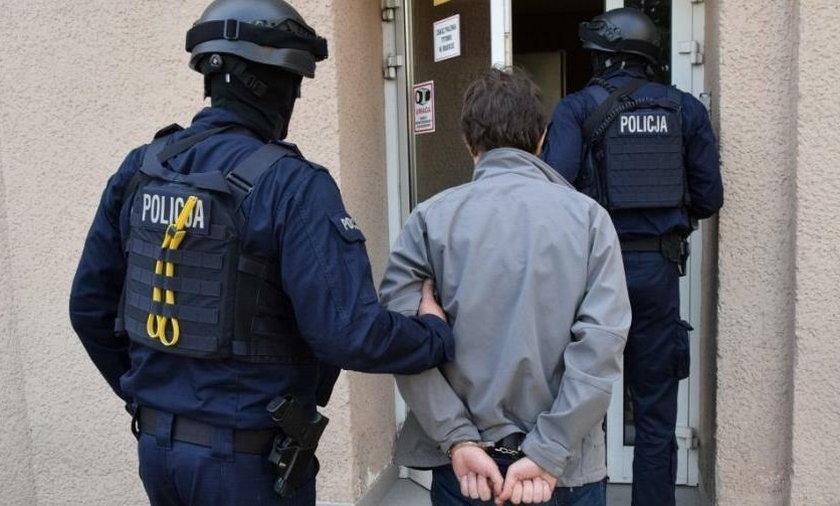 Policjanci zatrzymali farmaceutów i członków ich rodzin