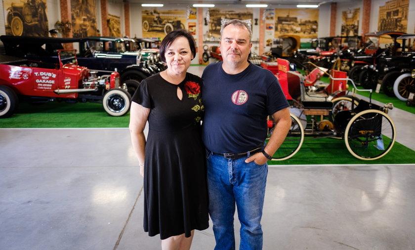 Agata i Robert Hendzlowie z Będzina w swoim Muzeum Forda.
