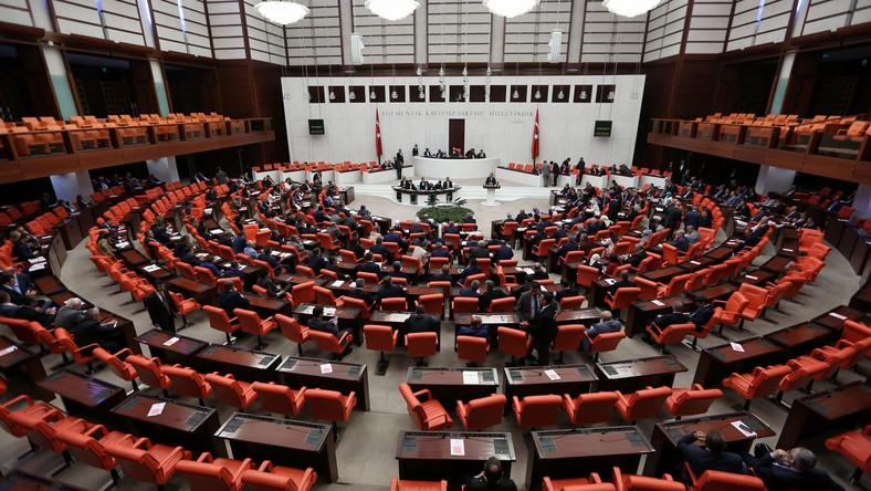 Turecki parlament wprowadza stan wyjątkowy