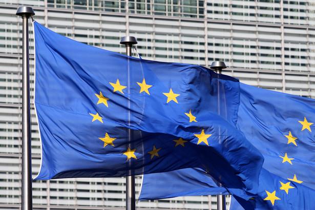 Flaga Unii Europejskiej przed siedzibą Komisji Europejskiej w Brukseli.