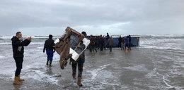 Morze wyrzuciło na brzeg dziesiątki kontenerów. A w środku...