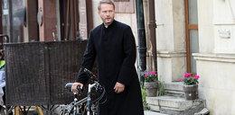 """Żmijewski zagroził, że odejdzie z """"Ojca Mateusza""""! Dostał podwyżkę"""