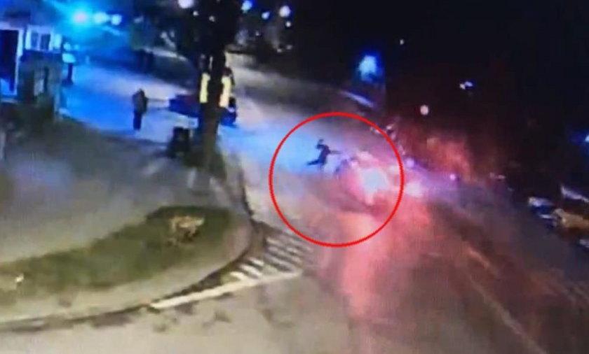 Wypadek w Olecku. Samochód potrącił 25-latka. Wszystko nagrała kamera