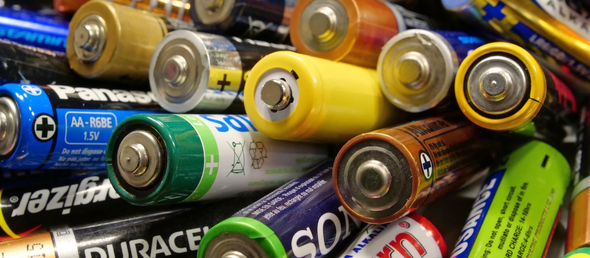 """Po foliówkach i słomkach czas na eliminację """"paluszków""""? Baterie podbiły świat i szybko nie znikną"""