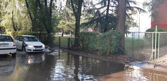 Ograda školskog dvorišta do koga voda dopire