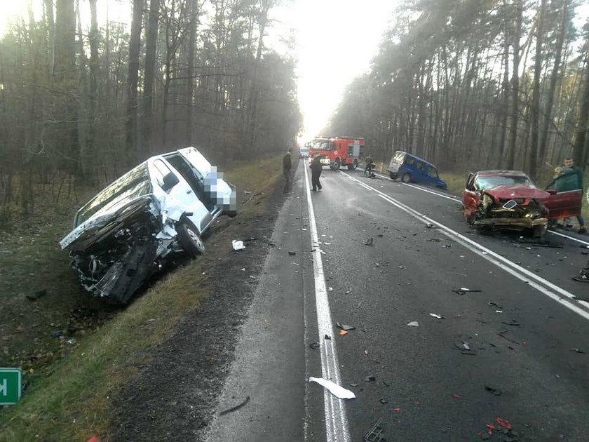 Wypadek na DK nr 74. Trzy zmiażdżone auta, siedem osób rannych
