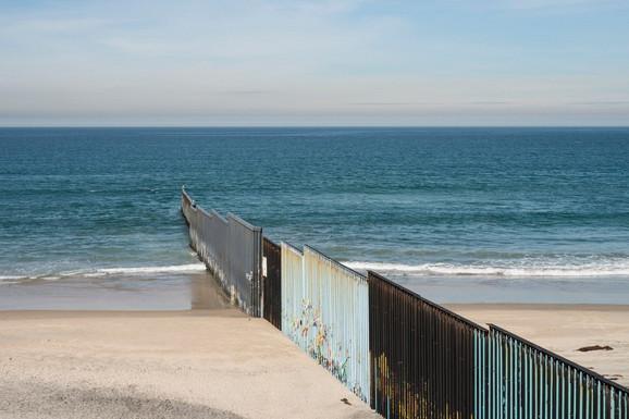 Zid kod Tihuane ulazi u Pacifički okean