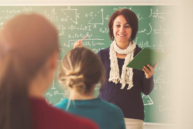 Zdaniem prawników zarówno wcześniejsza, jak i obecna wykładnia resortu edukacji narodowej w sprawie wynagradzania nauczycieli pracujących z uczniami, a także tych, którzy pozostają w gotowości, w dalszym ciągu jest niezgodna z przepisami.