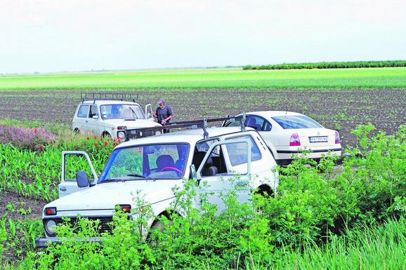 Okupljeni lovci nakon tragedije koja je zadesila Idvor