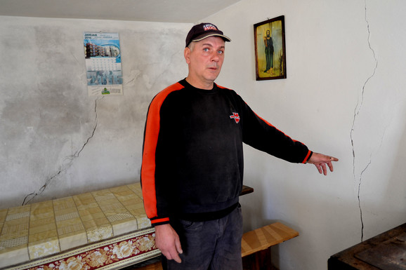 Radoje pokazuje pukotine na zidovima