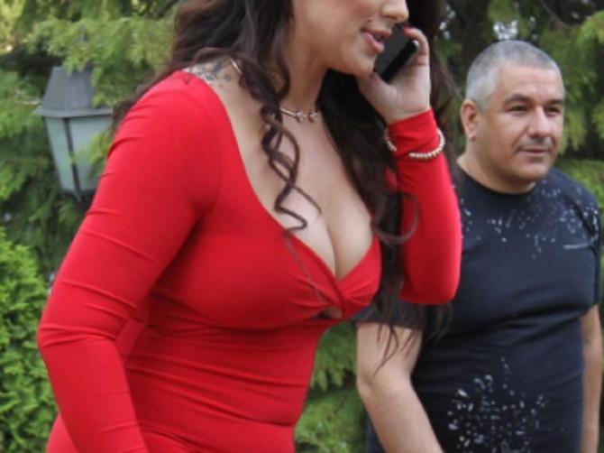 U njena modna izdanja Srbija gleda širom otvorenih očiju: Svako je zapaljivo, a poslednje je ČIST SPEKTAKL