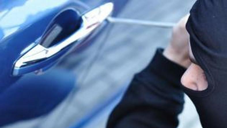"""""""W ciągu trzech pierwszych kwartałów 2014 roku zarejestrowaliśmy 10 117 przestępstw polegających na kradzieży i kradzieży z włamaniem, których przedmiotem był samochód. Policjantom udało się odzyskać 4063 pojazdy"""" - powiedziała w rozmowie z portalem dziennik.pl podinspektor Katarzyna Balcer z Komendy Głównej Policji. Przypominamy, że w tym samym czasie 2013 roku policja zanotowała 10 501 postępowań przygotowawczych o kradzieże aut (z czego odzyskano 2695 pojazdów osobowych, dostawczych i ciężarowych). Z NOWYCH DANYCH wynika, że w ciągu dziewięciu miesięcy 2014 roku złodzieje ukradli o 384 samochody mniej, a policja odzyskała o 1368 aut więcej niż w tym samym okresie zeszłego roku. Jakie samochody najbardziej lubią złodzieje?"""