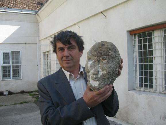 Arheolog Dragan Jacanović sa vrednim arheološkim nalazom