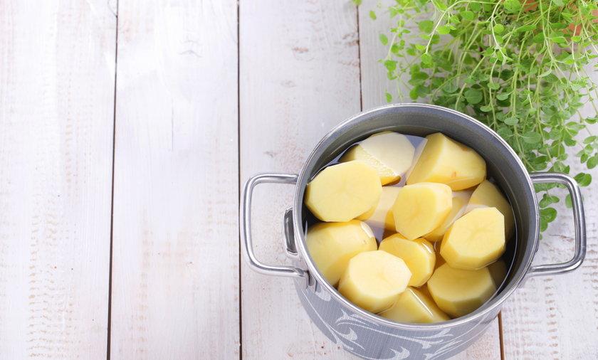 Wrzucać na wrzątek czy zalewać zimną wodą? Dodawać sól od razu czy po pewnym czasie? Wszystko to zależy od tego czy ziemniaki są młode, czy stare.