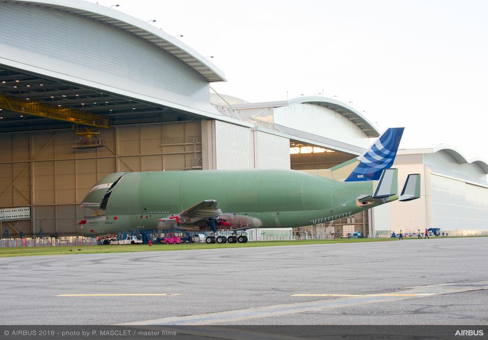 Airbus BelugaXL będzie o 6 metrów dłuższy i o metr szerszy niż obecnie eksploatowana generacja supertransportowca BelugaST.