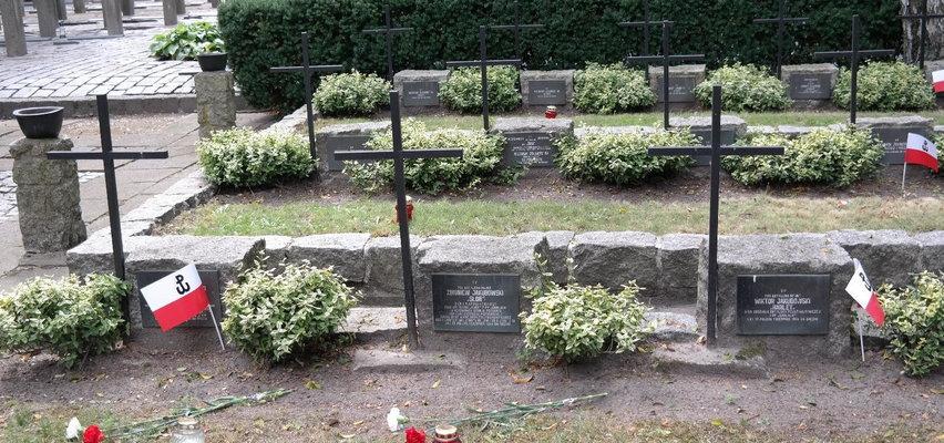 Trzej bracia zginęli pierwszego dnia walk. Przed atakiem wzięli śluby. Pochowali ich w białych koszulach