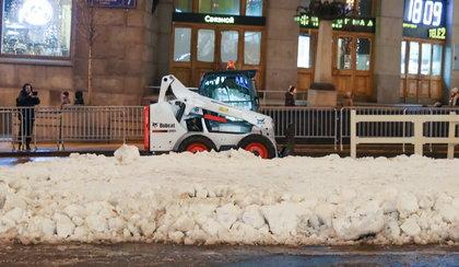 Do stolicy przywieziono śnieg... ciężarówkami