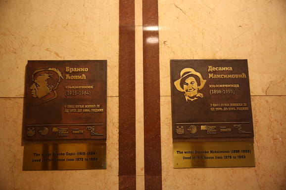 Spomen-ploče sa imenima slavnih književnika nalaze se u zgradi u kojoj su živeli