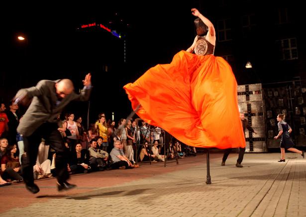 """Teatr Biuro Podróży w spektaklu """"Carmen Funebre"""" w ramach festiwalu teatralnego A part , 22 czerwca 2013 Katowice"""
