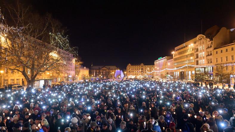 Mieszkańcy Szczecina zebrali się na Placu Solidarności, a Poznania - na Placu Wolności.