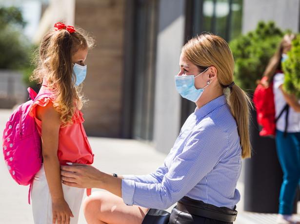 Szkoła w pandemii. Matka odprowadza córkę